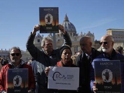 Los afectados critican el intento de Francisco de poner el foco fuera de la Iglesia