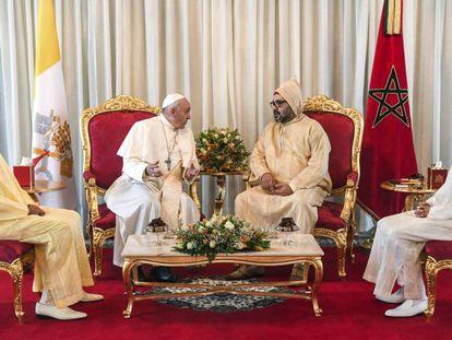 El Papa Francisco, recibido por el rey de Marruecos Mohammed VI junto a su hijo el príncipe Moulay Hassan (derecha) y su hermano el príncipe Moulay Rachid (izquierda). En vídeo, el Papa Francisco aterriza en Rabat en su primera visita a Marruecos.