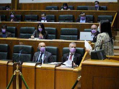 La parlamentaria de Vox Amaia Martínez abandona la tribuna de oradores tras intervenir este jueves en el Parlamento vasco.