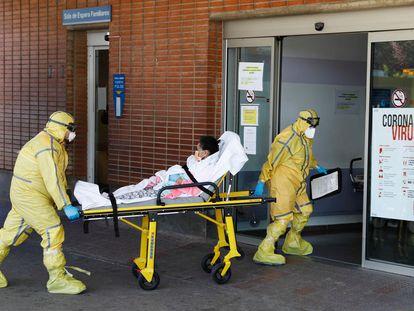 Dos sanitarios trasladan a una paciente al hospital Severo Ochoa de Leganés.