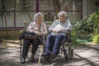 Ana Vela Rubio (en silla de ruedas), con 114 años y 221 días, junto a su hija Ana en 2016, en Barcelona.