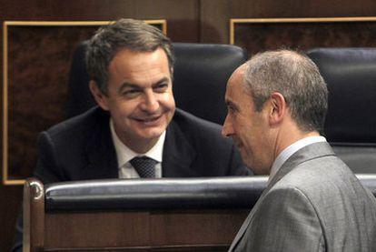 Zapatero charla con el portavoz parlamentario del PNV, Josu Erkoreka, en el Congreso de los Diputados el año pasado.