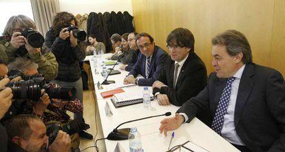 Carles Puigdemont (c) presidente de CDC, Artur Mas (d).