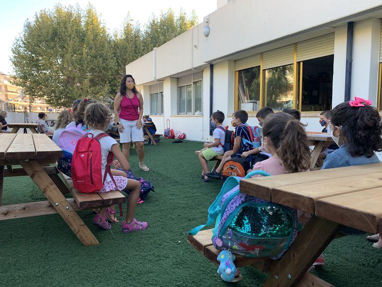 Clase al aire libre en el colegio público valenciano Port, en Xàbia, en septiembre.