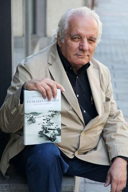 El escritor madrileño Javier Reverte muestra su último libro, 'En mares salvajes'.