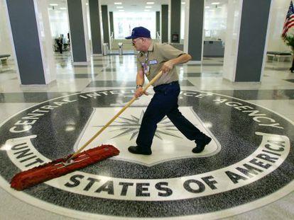 Un empleado limpia el acceso principal de la sede de la CIA. / AP