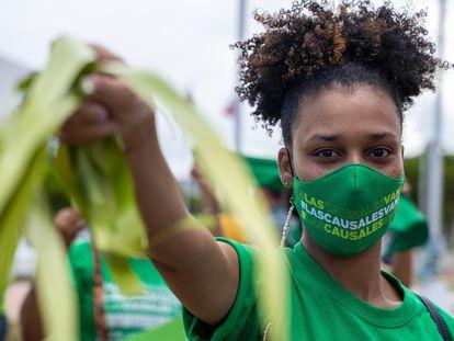 Una mujer participa en una manifestación que exige la despenalización del aborto en tres causales, en Santo Domingo el 28 de abril.