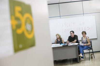 Cristina, Manel y Maria se reunen cada miercoles con los otros miembros de la asociación de parados mayores de 50 años de Hospitalet