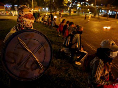 Un grupo de personas protesta en la noche del 11 de mayo de 2021 en el barrio Siloé, en Cali.