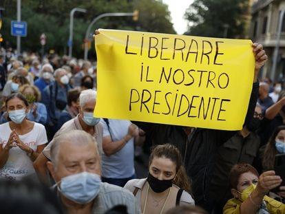 Concentración por la detención del 'expresident' Carles Puigdemont en la isla italiana de Cerdeña, este viernes en Barcelona.