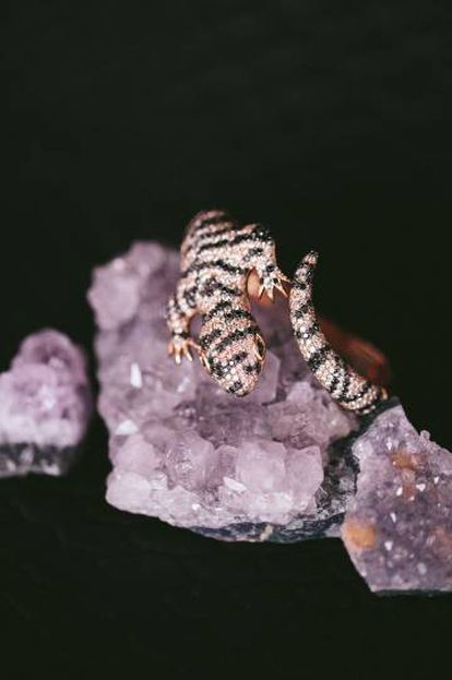 Brazalete con forma de lagartija realizado en oro rosa de 18 quilates.