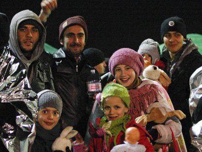 Varios inmigrantes que viajaban a bordo del buque 'Ezadeen' sonríen tras desembarcar en Italia.