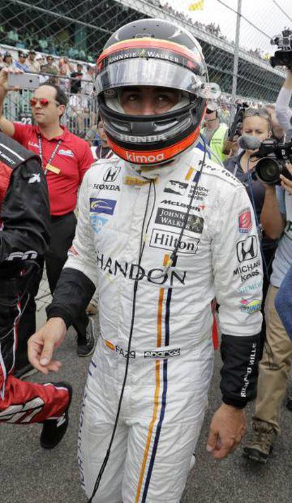 Fernando Alonso, tras romper el motor de su coche.