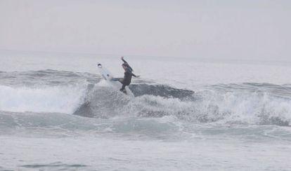 Paula haciendo surf un día totalmente nublado