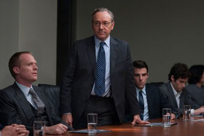 Paul Bettany, Kevin Spacey, Zachary Quinto y Penn Badgley (de izquierda a derecha), en <i>Margin call.</i>