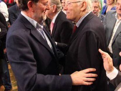 Rajoy saluda a José Manuel Romay Beccaría, en un mitin en Santiago en 2010.