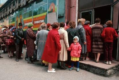 Ciudadanos soviéticos hacían cola para entrar en una tienda de Siberia en 1991.