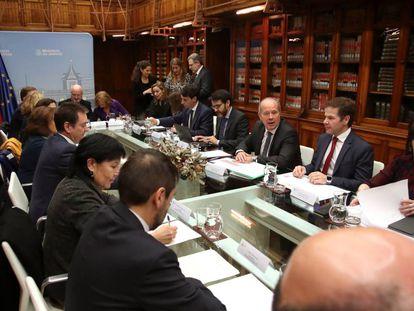 El ministro de Justicia, Juan Carlos Campo (tercero por la derecha) y los representantes de asociaciones profesionales de jueces y fiscales, durante la reunión mantenida este miércoles.
