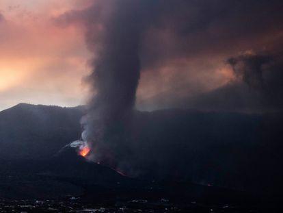 El volcán de Cumbre Vieja, en La Palma, este miércoles.