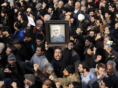 Una multitud muestra su duelo por la muerte del general iraní Soleimani.