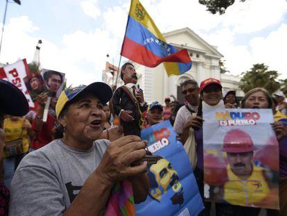 Cientos de personas ingresan a la fuerza al Palacio Legislativo para impedir una sesión especial en la que se discutiría un juicio político contra el presidente Nicolás Maduro. Varias personas resultaron heridas.