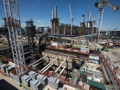 Obras de ampliación del metro de Londres, con la central eléctrica Battersea Power Station al fondo.