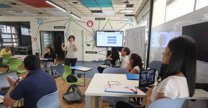 Un grupo de profesores aprende a usar las instalaciones tecnológicas de la Hiperaula de la Complutense.