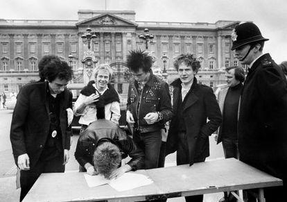 Los Sex Pistols firmando su contrato con la discográfica EMI a las puertas del palacio de Buckingham en 1976