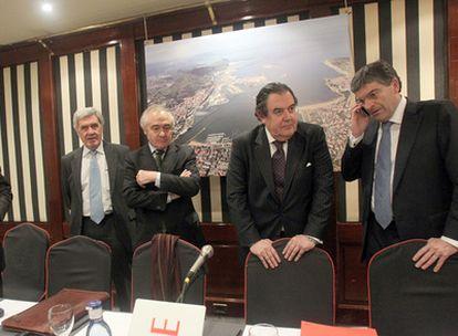 De izquierda a derecha, el director del Puerto, José Maria Pico; el presidente de Cebek, José María Vázquez Eguskiza; el responsable de la Autoridad Portuaria, José Ramón de la Fuente, y el secretario de la misma, Agustín Bravo, ayer en Bilbao.