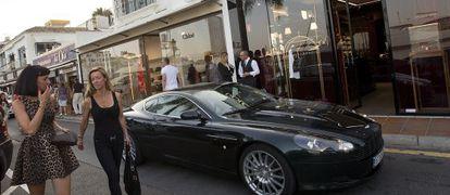 Un Bentley aparcado en la puerta de la tienda de Dolce & Gabbana en Puerto Banús (Málaga) .