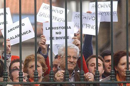Un grupo de manifestantes durante el abucheo a la ministra de Cultura, Carmen Calvo, en Valladolid en protesta por la decisión del Gobierno de devolver a Cataluña los papeles incautados y depositados en el Archivo de Salamanca.