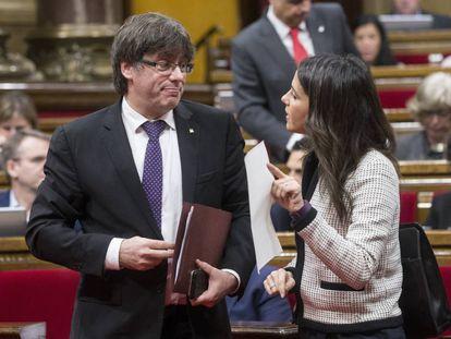 El presidente de la Generalitat de Cataluña, Carles Puigdemont, habla con la líder de Ciudadanos, Inés Arrimadas.