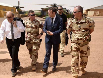 El presidente francés, Emmanuel Macron, y su ministro de Exteriores, Jean-Yves Le Drian, visitan las topas francesas en el Sahel en junio de 2020