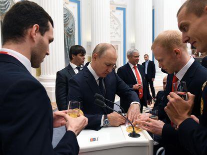 Putin, durante una ceremonia con deportistas paralímpicos en el Kremlin de Moscú, este lunes.