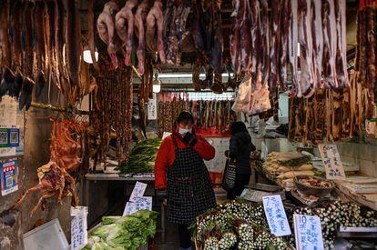 Una vendedora en una tienda de Wuhan, este martes.