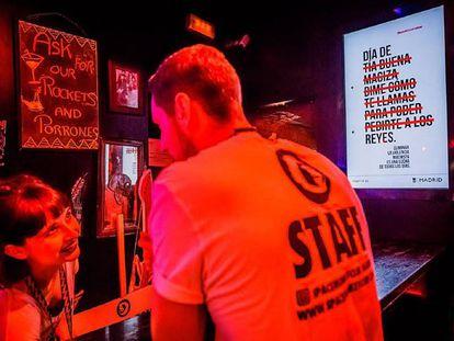 Un cartel de la campaña en un bar de Madrid