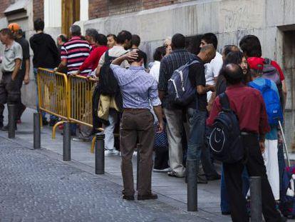 Colas para acceder a un comedor social en Madrid.