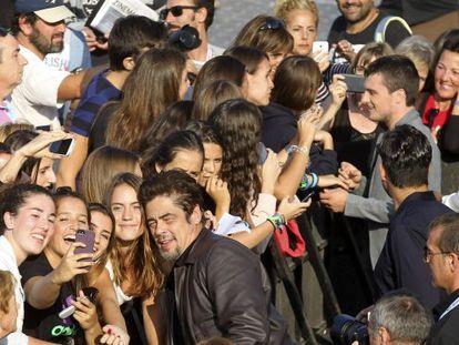 Los actores Josh Hutcherson y Benicio del Toro  saludan a sus admiradoras tras presentar su película 'Escobar: Paradise lost', en San Sebastián.