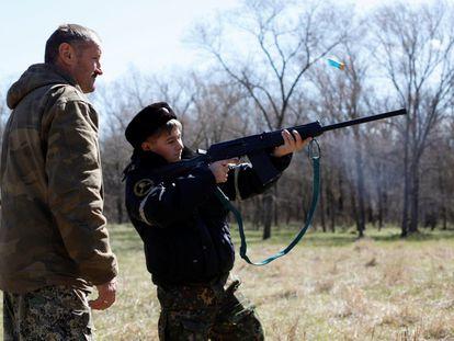 En la escuela General Yermolov, situada en el pueblo de Sengileyevskoye, a las afueras de Stavropol (Rusia), los alumnos reciben formación en el manejo de armas. En la imagen, un joven dispara su rifle durante un entrenamiento.