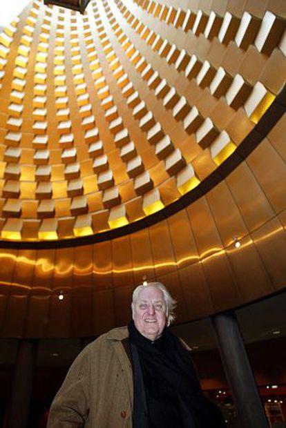 El arquitecto Hans Hollein, junto a uno de sus edificios en Vulcania.
