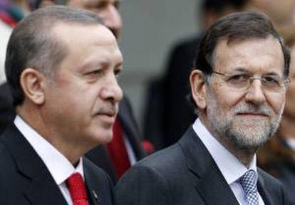 El jefe del Gobierno, Mariano Rajoy (dcha), y el primer ministro turco, Recep Tayyip Erdogan, posan para la foto de familia hoy en el Palacio de la Moncloa.