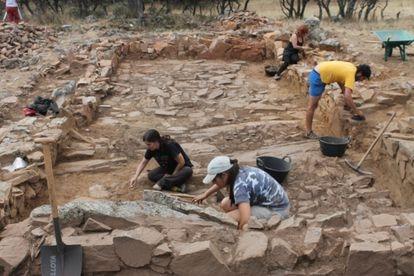 Excavación en una vivienda de la zona sur del yacimiento de El Castillón.