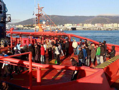 Llegada al puerto de Algeciras (Cádiz) de 57 varones de origen magrebí rescatados por Salvamento Marítimo.