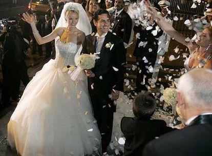Julia Trape y Juan Diego Flórez abandonan la catedral de Lima, recién casados, el sábado.