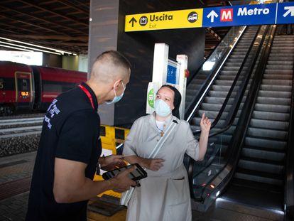 Un trabajador pide el certificado covid en la estación Tiburtina de Roma a una pasajera el 1 de septiembre.