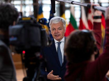 El comisario europeo de Justicia, Didier Reynders, habla con periodistas antes de una reunión por videoconferencia en Bruselas.