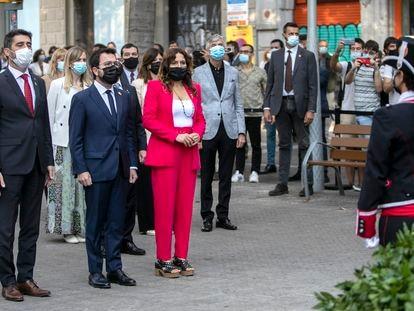 Ofrenda floral del Govern de la Generalitat, durante el acto de homenaje a Rafael Casanovas, este sábado.