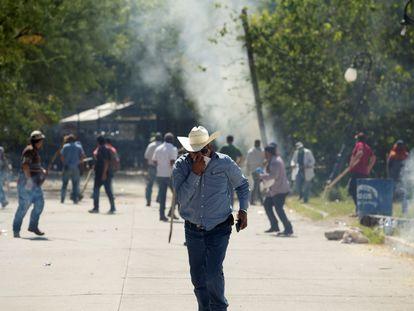 Enfrentamientos entre agricultores y miembros de la Guardia Nacional por el control de una presa en Chihuahua, México.