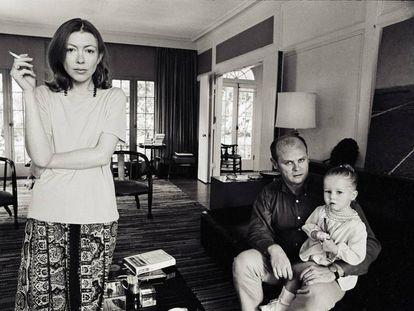 Joan Didion, su marido y su hija en su casa de Los Ángeles en 1968.