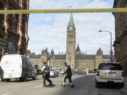 Agentes de policía frente al Parlamento en Ottawa.